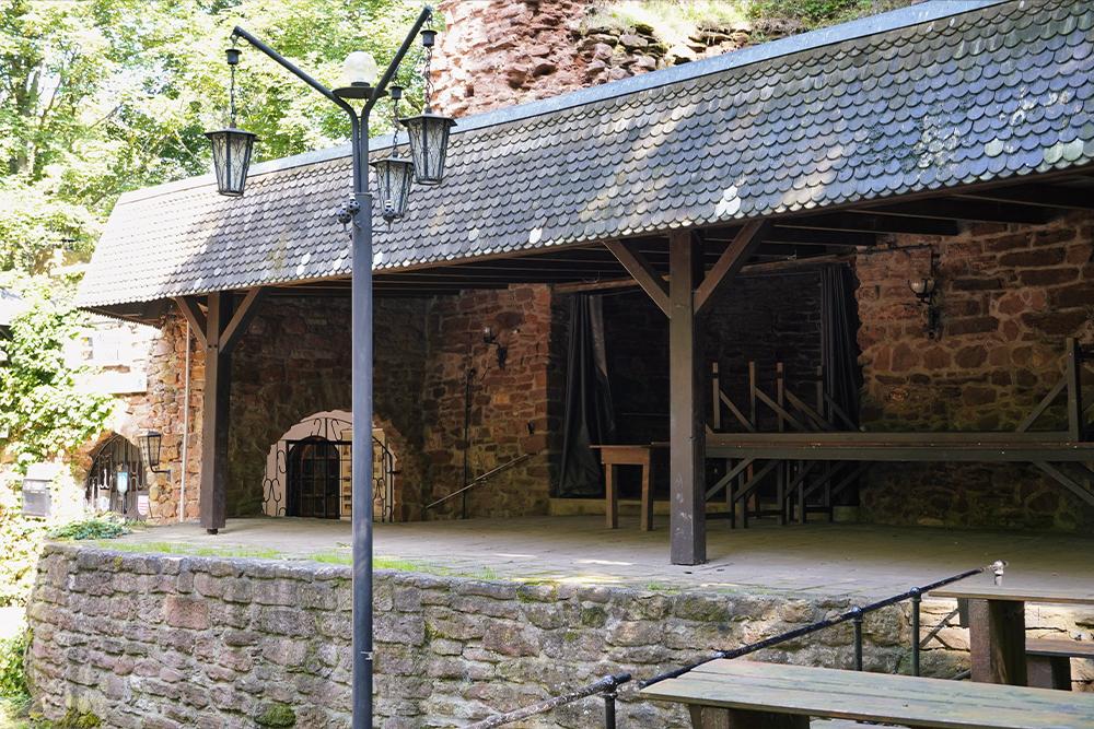 Der Hof der mittellalterlichen Höhenburg ©SMG