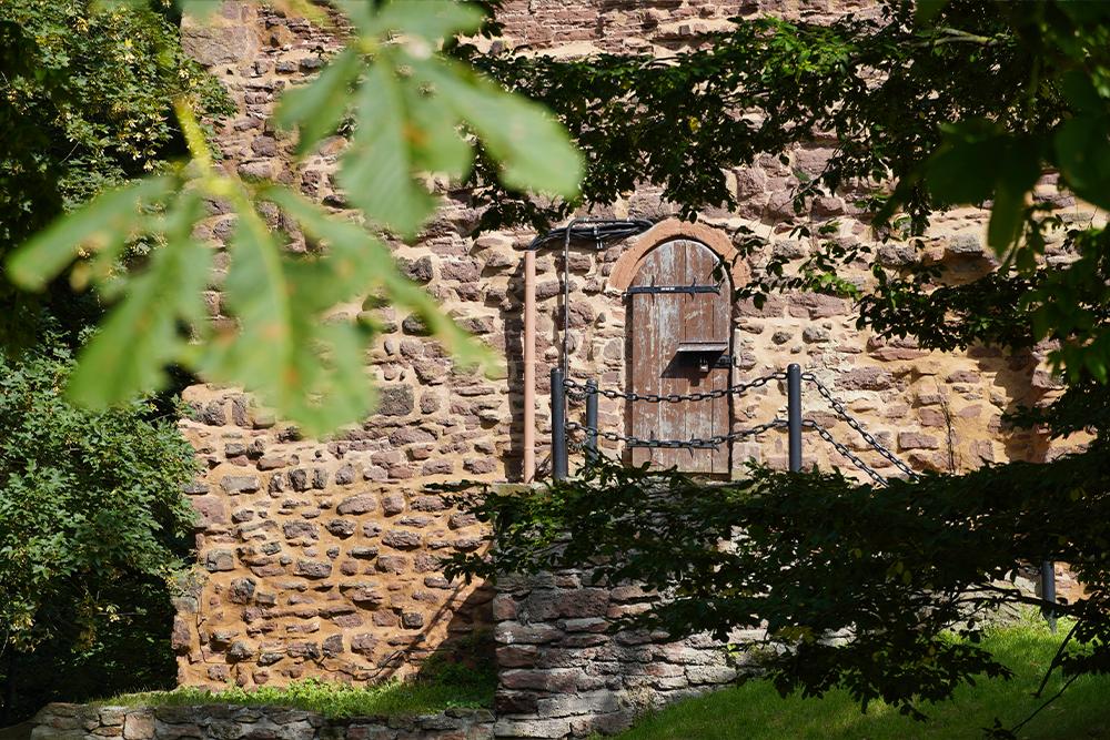 Kleine Türen und verwinkelte Ecken erwarten die Besucher ©SMG