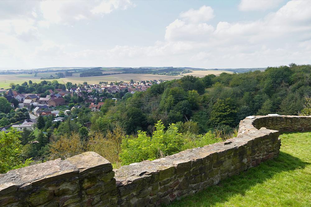 Aussicht über den östlichen Harzrand von Burg Bornstedt ©SMG