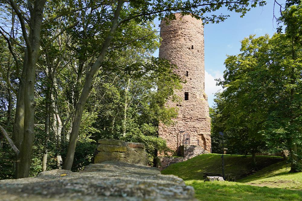 Der markante Bergfried von Burg Bornstedt ©SMG