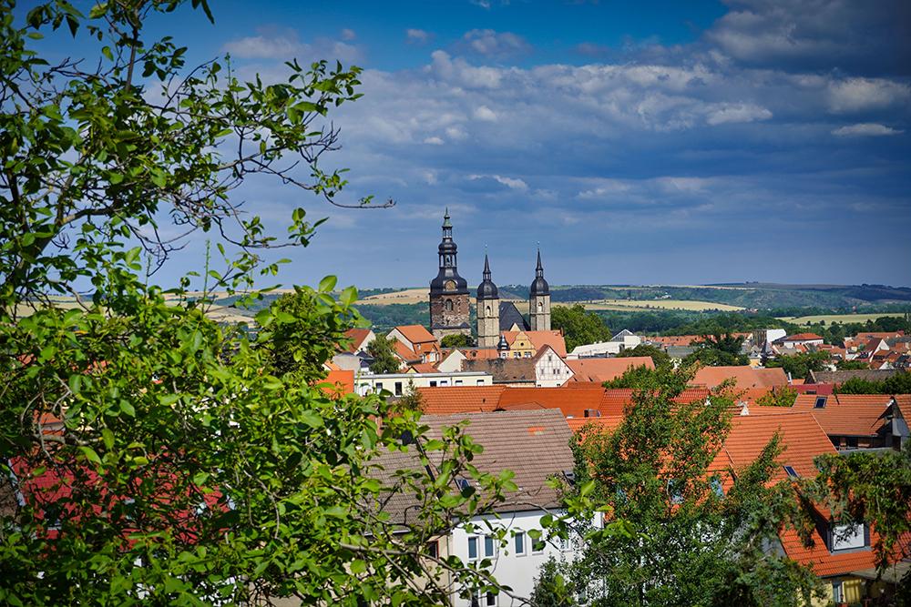 Die Türme der St. Andreas-Kirche ragen über die Eisleber Altstadt, Lutherstadt Eisleben ©SMG