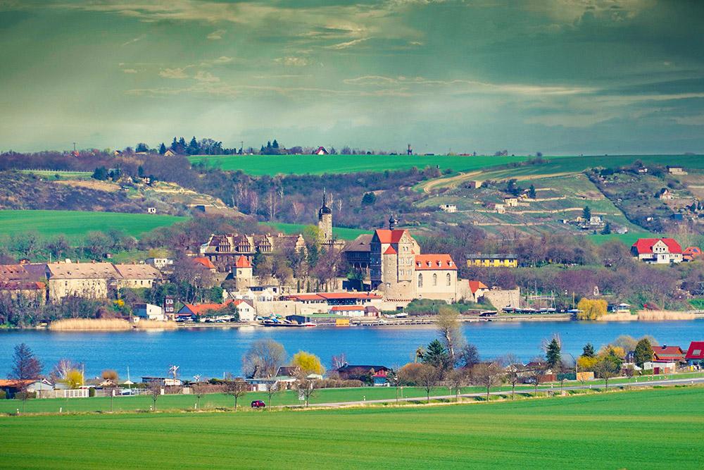 Mansfelder Land - Süßer See mit Dorf und Schloss Seeburg